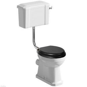 Traditional toilet met laaghangend reservoir-0